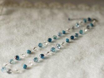 さわやかなブルーのネックレスの画像