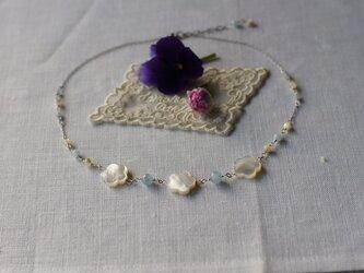 シェルの花のモチーフネックレスの画像