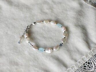 優しいブルーの淡水真珠ブレスレットの画像