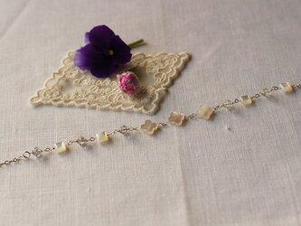 シェルの花のモチーフの銀鎖のブレスレットの画像