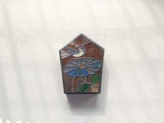 茶色に青い花、グレーの鳥 壁掛けランプの画像