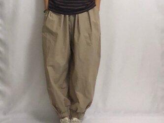 round pants/beige の画像