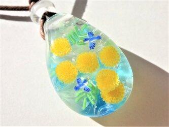 《ミモザと幸せの青い鳥》 ペンダント ガラス とんぼ玉 花 鳥 ミモザの画像