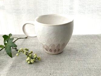 A06 淡雪色レリーフ模様マグカップの画像