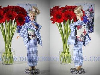 オランダ文様の着物を着たバービー人形の画像