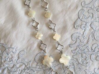 ホワイトシェルのロングネックレスの画像