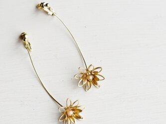 ヴィンテージなお花が一輪ゆれる イヤリングの画像