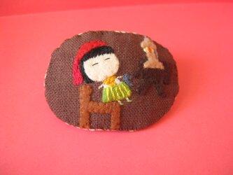 眠れるお針子の女の子<布ブローチ(刺繍ブローチ)>の画像