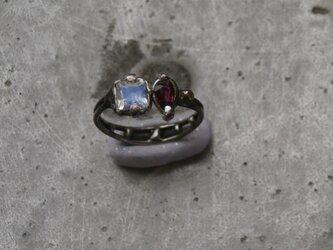 ロイヤルブルームーンストーンとルビーの指輪の画像