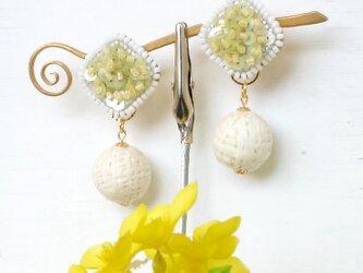 ミモザイエローとラフィアのコントラスト、オートクチュール刺繍の2WAYイヤリング、mimosaさんの画像