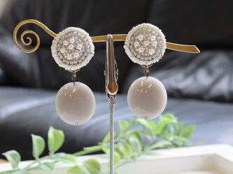 繊細なパールとイタリア製アクリルビーズのハーモニー、オートクチュール刺繍の2WAYイヤリング、harumiさんの画像