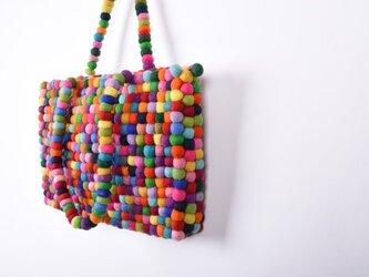羊毛フェルトのボールを繋げたカラフルでポップなトートバッグの画像