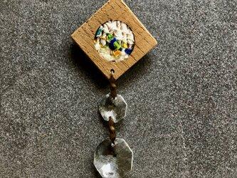 木と裂き織りのブローチ ひし形丸05の画像