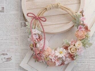八重桜と白バラの花かごリースの画像