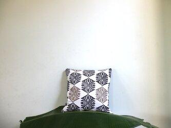 幾何学紋様のクッションカバーの画像
