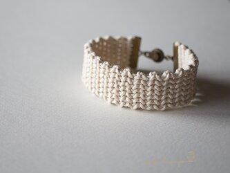 ジグザグ模様のマクラメ編みブレスレット(生成り)の画像