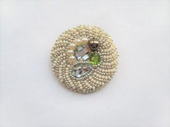 ビジュー&パールのブローチ(丸・白×シルバー(緑))の画像
