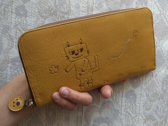 刺繍革財布『靴を履いたネコ』深黄色(牛革)ラウンドファスナー型の画像