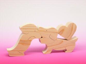 送料無料 ヒノキの組み木 ハートとダックスフント 2 の画像