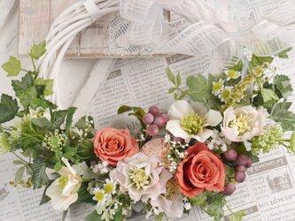 クリスマスローズとバラの花かごリースの画像