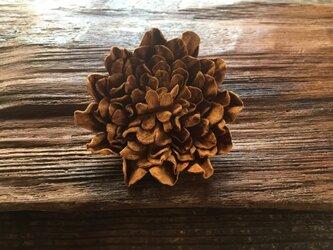 革花のブローチピン 2Lサイズ  キャメルの画像