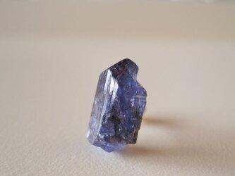 タンザナイトの原石ピアス/tanzania 片耳 14kgfの画像