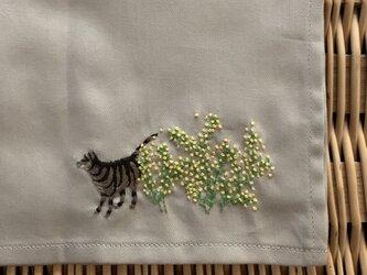 ハンカチ 山吹と猫の手刺しゅうの画像