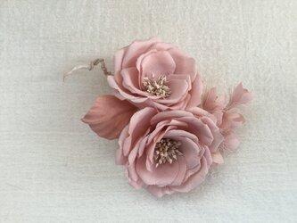 ピンク薔薇にスズランの画像