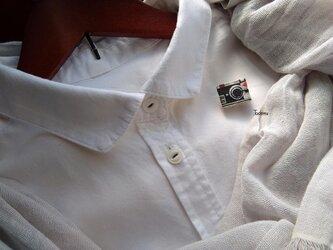 白いブラウスの為の小さな貼り絵ブローチ フィルムカメラの画像