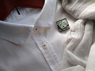 白いブラウスの為の小さな貼り絵ブローチ 本の画像