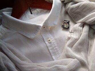 白いブラウスの為の小さな貼り絵ブローチ コーヒーの画像