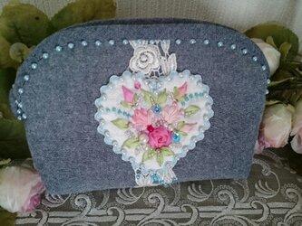 薔薇とハートの刺繍ポーチ(ブルーハート)の画像