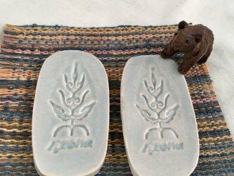 エゾナの木の箸置き ペア 〜カトラリーレスト兼用サイズ〜 アイヌ模様 ライトブルー 陶器製の画像