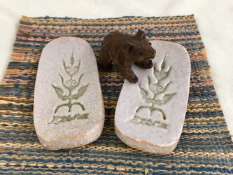エゾナの木の箸置き ペア 〜カトラリーレスト兼用サイズ〜 アイヌ模様 ライトグレー 陶器製の画像