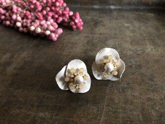 【ピアス】花びらの耳飾り(ホワイト)の画像