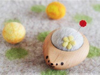 ハリネズミの羊毛ピンクッション【針山】お花 黄色の画像
