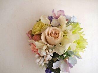 花と実のコサージュ(プリローズ入)ミルクティーの画像