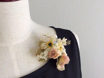 135  布花 ワイルドデイジーと小ばらコサージュの画像