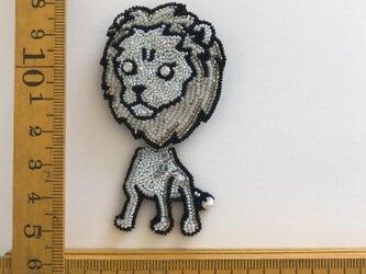 「white LION」ヴィンテージビーズの刺繍ブローチの画像