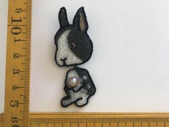 「rabbit 」ヴィンテージビーズの刺繍ブローチの画像
