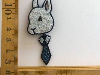 「rabbit tie」ヴィンテージビーズの刺繍ブローチの画像