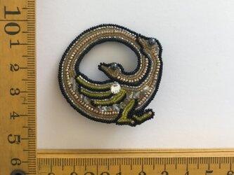 「yellow Amphisbaena」ヴィンテージビーズの刺繍ブローチの画像