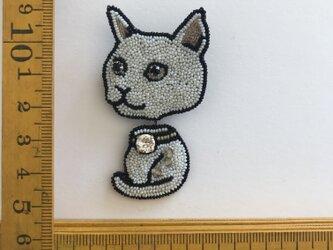 「white  cat」ヴィンテージビーズの刺繍ブローチの画像