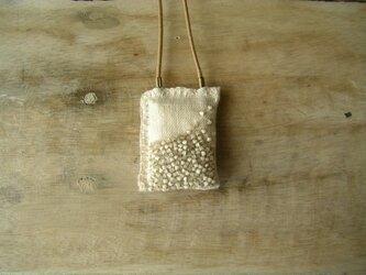 パヴェ刺繍のネックレス*ライトグレーの画像