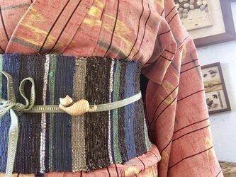 木の帯留め 組み木絵レリーフの「寝る猫:栓」(三分紐用)の画像