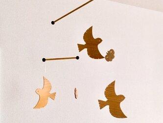 スズメと蝶の木製モビールの画像