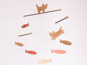 ネコと金魚のモビールの画像