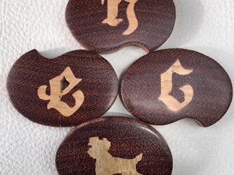 木象嵌 イニシャルのブローチ オーダーメイドの画像
