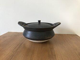 マットブラックのシックな土鍋の画像