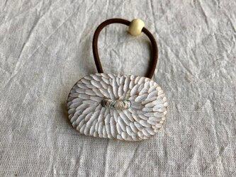 くすの木の白いヘアゴム(gom-11)の画像